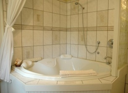 although i hate the design scheme of this, i suppose this is what i'm going for with my whirlpool tub/shower combo in the corner. it could work? maybe?
