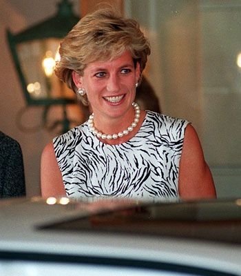 Princess Diana in Sydney, 1996 wearing a single strand pearl necklace and earrings