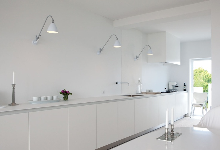 White and bright kitchen with Bestlite // Gubi http://www.decdesignecasa.blogspot.it/