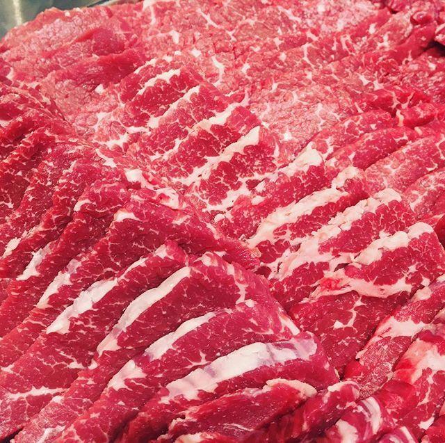 おはようございます😃 この商品は豪州産ロース🍖 国産にはない旨味があります。 個人的には輸入肉の方が好きです🤔  #千里屋#せんりや#精肉店#肉#牛#和牛#鶏肉#豚肉#焼肉#しゃぶしゃぶ#すき焼き#bbq#バーベキュー#お惣菜#主婦#主婦の味方#あびこ#我孫子#ロース#豪州産#産直#切りたて #新鮮