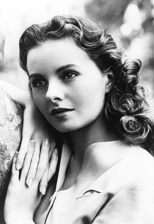 Jeanne Crain, C.1940's Jeanne Elizabeth Crain (May 25, 1925 – December 14, 2003) was an American actress whose career spanned three decades from 1943 to 1975. She received an Academy Award nomination for Best Actress in the 1949 film Pinky in which she played the leading role. She was also noted for her ability in ice skating.