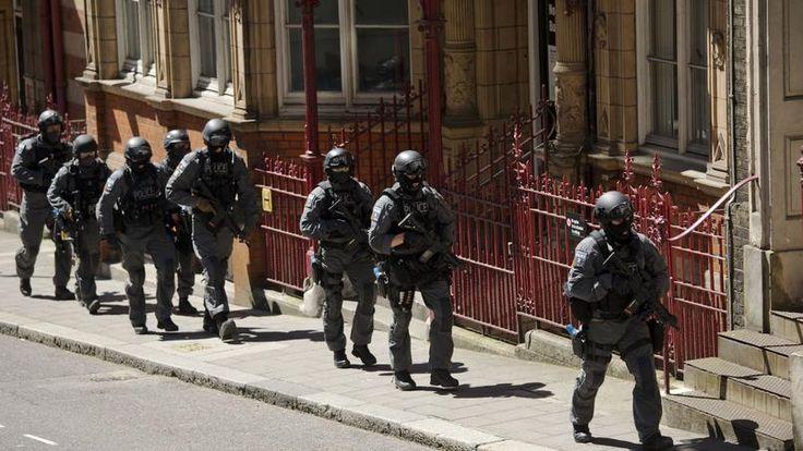 30.06.15 / Londres s'entraîne à réagir à des attentats de type «Charlie Hebdo» / Nom de code: «Strong Tower». Plus d'un millier de policiers, dont 130 membres armés des unités d'élite, les services de renseignement, l'armée, les secours ainsi que les responsables concernés du gouvernement participent à cette simulation sur deux jours d'attentats terroristes dans la capitale britannique. Quatre jours après l'attaque de Sousse en Tunisie où une trentaine de Britanniques ont été tués ...