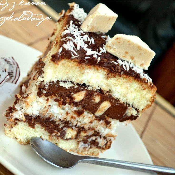 http://mniamspinka.pl/tort-kokosowy-z-bialymi-michalkami/ Połączenie słodkich czekoladek, kremu czekoladowego, biszkoptu nasączonego likierem kokosowym oraz bezy kokosowej sprawia, że podniebienie szaleje…:)