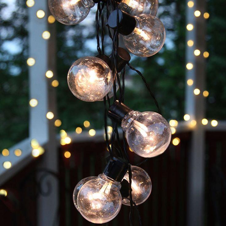 LED Party Lysslynge 16 Lys | Det er en enkel design på denne LED lysslyngen fra Star Trading med 16 små globeformede lyspærer på en sort kabel. Passer meget godt til paviljongen, balkongen eller til pynting ute til jul.