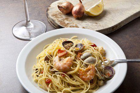 Von diesen köstlichen Spaghetti mit Meeresfrüchten können Pasta Fans nicht genug bekommen. Probieren Sie dieses tolle Rezept.