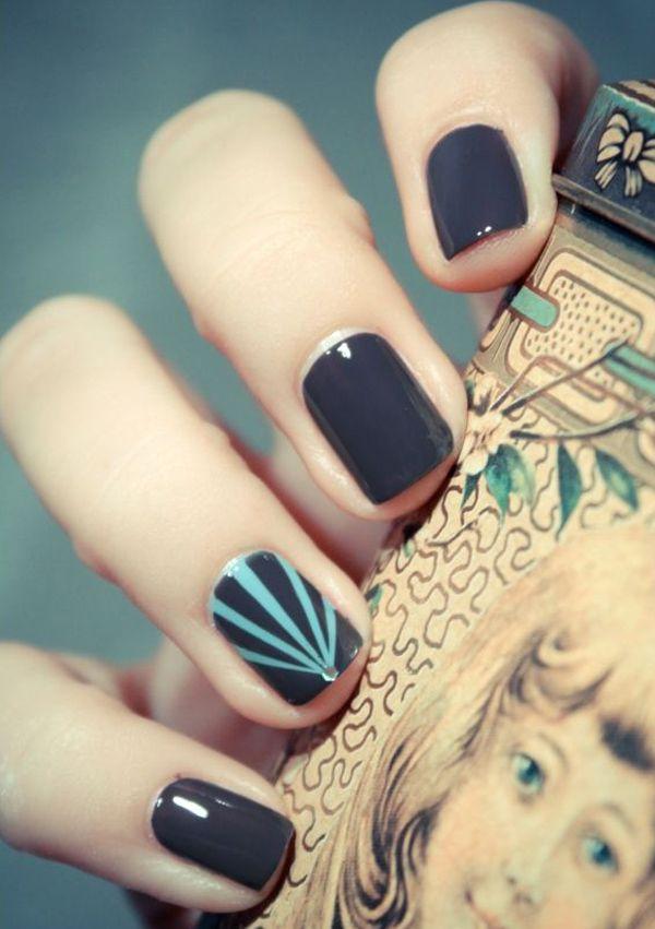 Donker grijs en groen blauw nail art design.  Verf je nagels in mat donker grijze kleuren en voeg dunne reepjes van groene blauwe nagellak op de top die een driehoeksvorm.