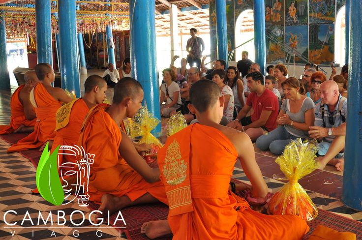 In sarong per i rituali simbolici dell'acqua. #waterblessing #bussism #siemreap