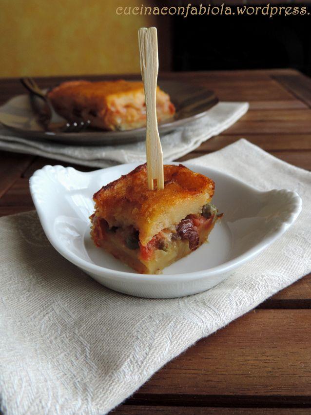 Pitta di Patate Rustio ca ( ricetta Salentina ) ossia torta salata con patate ed un ripieno ci cipolle, pomodori, capperi ed olive http://cucinaconfabiola.wordpress.com/2014/06/08/pittadi-patate-rustica/#more-650