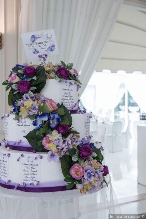 Wedding cake con fiori freschi e decorazioni con nastro in lilla e viola