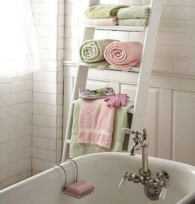 Come reciclare una vecchia scala: porta-salviette in bagno.