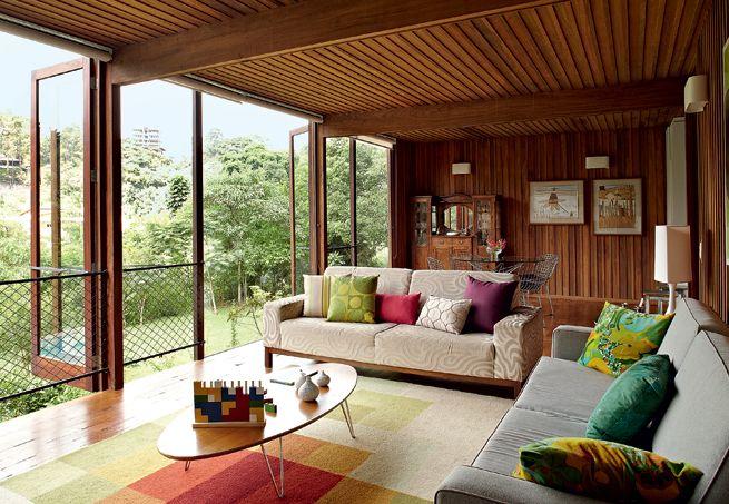 A casa de madeira foi projetada pela arquiteta Cristina Xavier e feita pela Ita Construtora. Mas a decoração foi toda composta com os móveis do antigo apartamento dos moradores. Bastou arrumar as peças do jeito certo