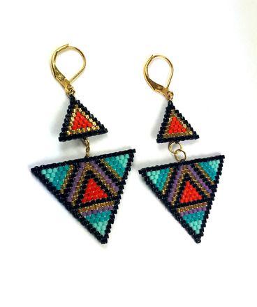 Paire de boucles d'oreilles composée de perles japonaises miyuki delicas 11/0 vert d'eau, turquoises, mauves, rouges,noires et plaqué or 24k. Les miyuki délicas sont des perl - 17812637