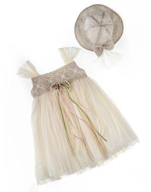 Τούλινο φόρεμα με δαντέλα στο κορσάζ και λινό καπέλο.