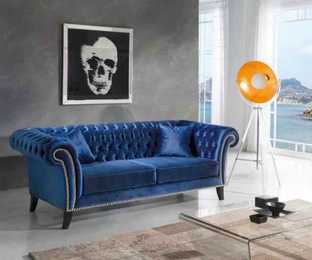 Sofa i blå fløyel. Modell CHESTER.  www.mirame.no #mirame #chester #sofa #stue #fløyel #blå #design #interiør #interior #nettbutikk #norge #norsk #interiørpånett #nyhet #elegant