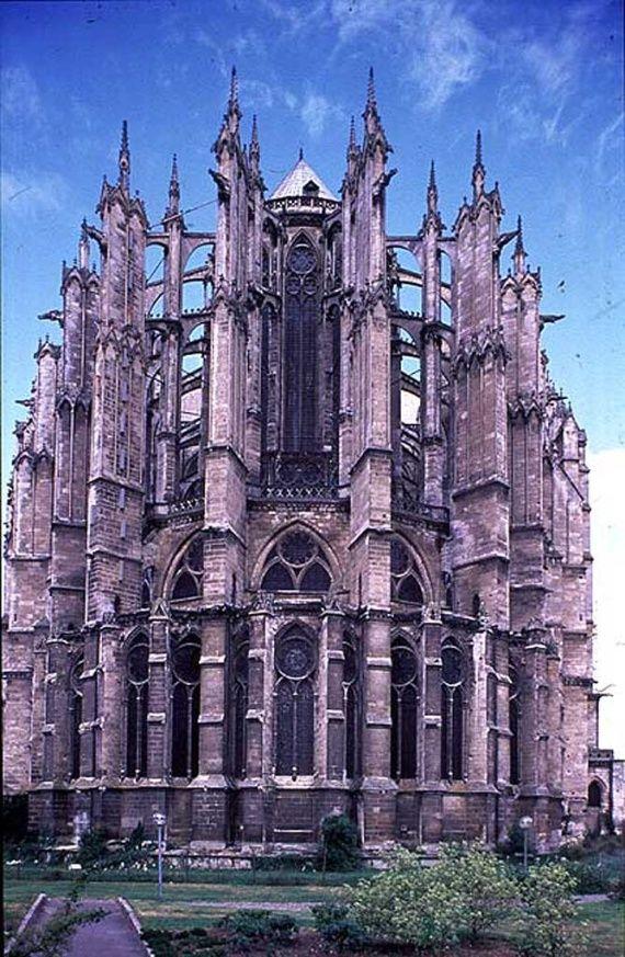 2. Bloei van de Gotiek / Frankrijk : De kathedraal van Beauvais waarvan alleen het koor en de kruisbeuk ooit werden voltooid,was de allerhoogste gotische kerk ooit gebouwd.In 1284 stortte het gewelf in en werd het herbouwd ditmaal met ondersteuning van een groot aantal steunberen