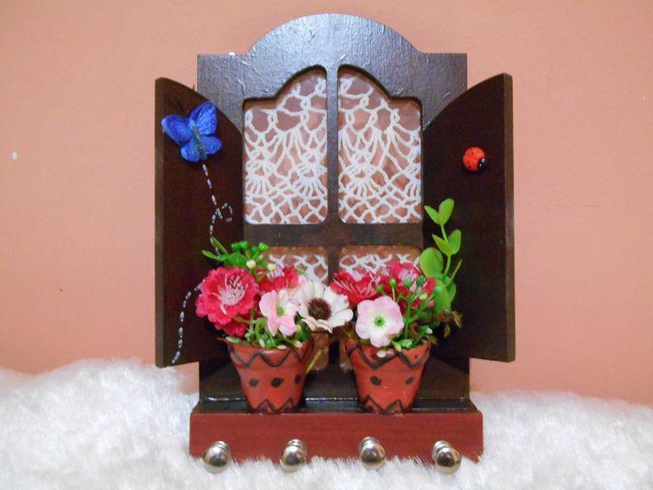 Peça em MDF decorada com pintura a mão, detalhes em renda e flores artificiais