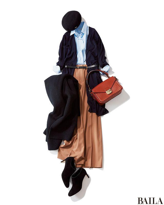 オールシーズン通勤に重宝するブルーシャツは、ベージュワイドパンツとネイビーカーデを合わせて冬らしく。さらに上から細めのベルトをすれば、一気に今っぽいムードに変化。カーデのIラインとウエストマーク効果で、スタイルアップも叶います。シューズや帽子は、ブラックでシックにまとめるのがおす・・・