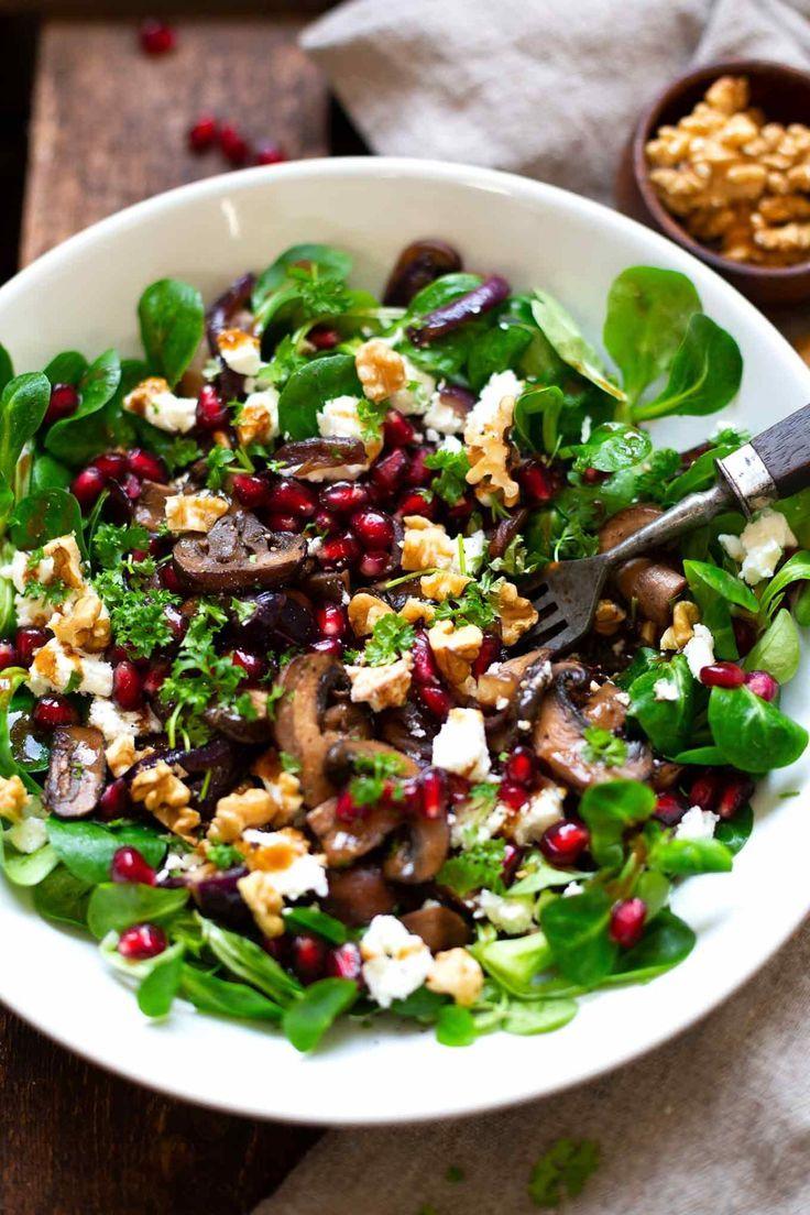 Feldsalat mit gebratenen Pilzen, Granatapfel, Feta und Walnüssen. Dieses schnel…