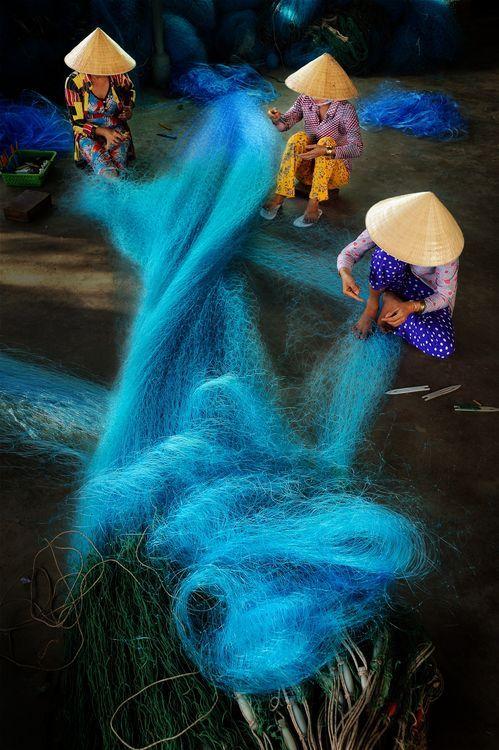 Vietnamezen maken visnet, Bac Lieu, Vietnam. Kijk voor reizen naar Vietnam: http://www.vanverre.nl/vietnam