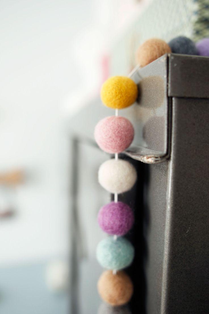 Een slinger van viltballetjes geeft net een beetje extra kleur!