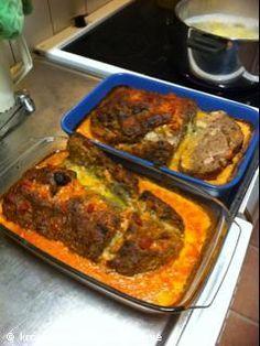 Recept: Köttfärslimpa med bacon, ost och chilisås