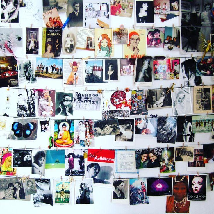 Her ses min ex-postkortvæg, som jeg afmonterede for et par år siden, men ofte savner, f.eks. lige nu hvor @textgirl fik mig til at tænke på min stadigt voksende samling af #postkort og #foundphotography. Vægarrangementet, der var cirka dobbelt så stort som på billedet, var aldrig helt ideelt, for snorene hang for langt fra hinanden, og klemmerne gik i stykker. Måske skulle jeg prøve med en mere fancy farve snor (pink ligger jo altid lige for) og bedre klemmer. Jeg savner faktisk at se på…