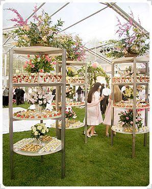 Como presentar las mesas de dulces para bodas en un cocktail bajo una carpa.
