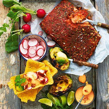 En favorit i trendig tappning. Klappa in laxen med mortlade texmex-kryddor och mixa en rökig paprikamajonnäs. Sedan är det grilläge! Bjud fish tacon i krispiga tacoskal, peppriga rädisor, grillad avokado och färsk koriander. Pressa över lime - hugg in!