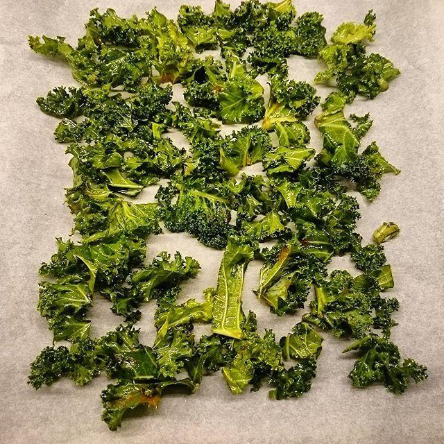 Chipsy z jarmużu. Kale chips.  ____________________________________ #eatclean #fit #health #food #eathealthy #healthyfood #healthylifestyle #healthyliving #healthylife #homemade #foodporn #yummy #foodie #hungry #tasty  #먹스타그램 #eating #foodpics #delicious #sogood #concretus #jarmuż #kale #pyszne #zdrowo #smaczne #smak #jedzenie #jem