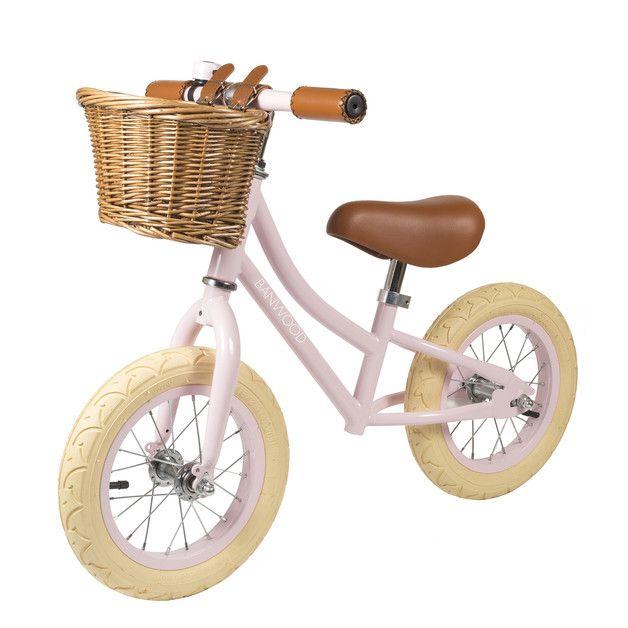 Super vélo artisanal avec panier et selle faits main par Banwood, une entreprise familiale passionnée ! Sans pédales, pour que vos enfants s'initie à l'équilibre. Charmant et champêtre, on adore sur DaWanda.com