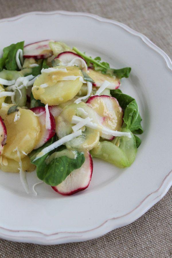 Salada de batata com rabanete, pepino e rúcula com molho de tahini e mostarda Dijon