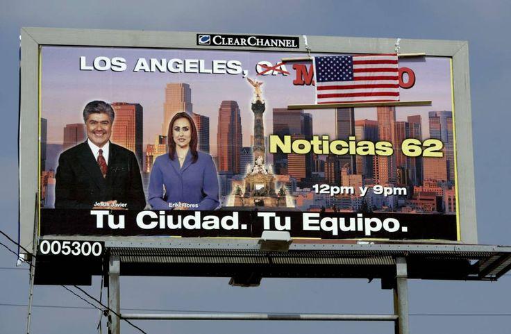 Valla publicitaria con una bandera de EE UU que tapa parte del anuncio en español.