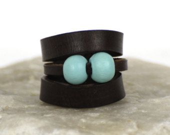 """Lederen ring """"Cheleb"""". Lederen sieraden. Oorspronkelijke ring. Cadeau voor haar. Spaans geolied leer. Blauwe houten kralen. Handgemaakte."""