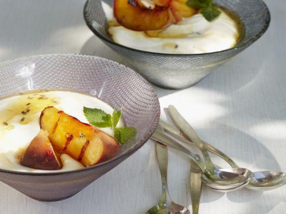 Joghurtcreme mit Grill-Pfirsich und Lavendelhonig ist ein Rezept mit frischen Zutaten aus der Kategorie Steinobst. Probieren Sie dieses und weitere Rezepte von EAT SMARTER!