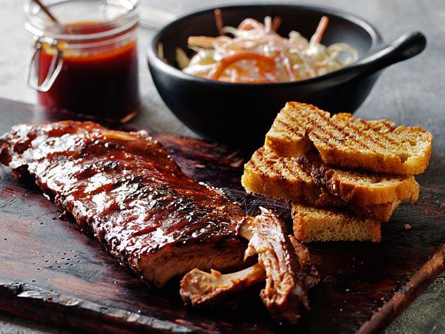 Spareribs med coleslaw og hvidløgsbrød