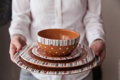 Купить или заказать Сливовый пудинг. Блюдце/Пирожковая тарелочка ручной работы, керамика в интернет-магазине на Ярмарке Мастеров. Замечательная небольшая тарелочка, полностью практична, как и все мои изделия. Цвета орнамента напоминают об оттенках спелой сливы, по-этому хочется рекомендовать её для подходящих по цветовой гамме десертов и разнообразной выпечки:) Отлично будет смотреться на кухне в современном стиле и обязательно понравится любителям разных полосатостей) Тарелочка полностью…