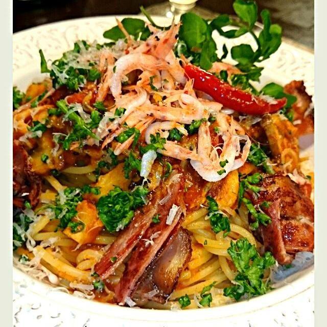 桜えびたっぷり&マッシュルームのパスタです カリカリベーコンとクレソンを添えました❗ 春ですね✨ - 55件のもぐもぐ - Spaghetti di salsa di pomodoro con sakura gamberi by olive39