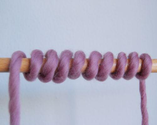 Una de las dudas que nos suelen surgir a la hora de aprender a tejer es la de calcular la cantidad de hebra que debemos dejar para montar los puntos que necesitamos para empezar nuestros kit de tejer WAK. A veces, nos damos cuenta demasiado tarde que hemos dejado poca lana y...¡nos toca deshacer y empezar de nuevo a montar puntos! Otras, en cambio, nos pasamos en cantidad y desaprovechamos medio ovillo...