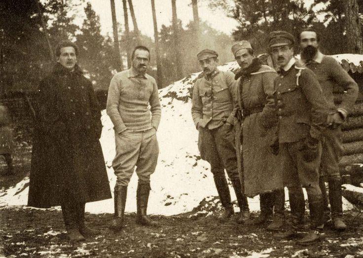 Józef Piłsudski z oficerami w czasie kampanii wołyńskiej (1916)
