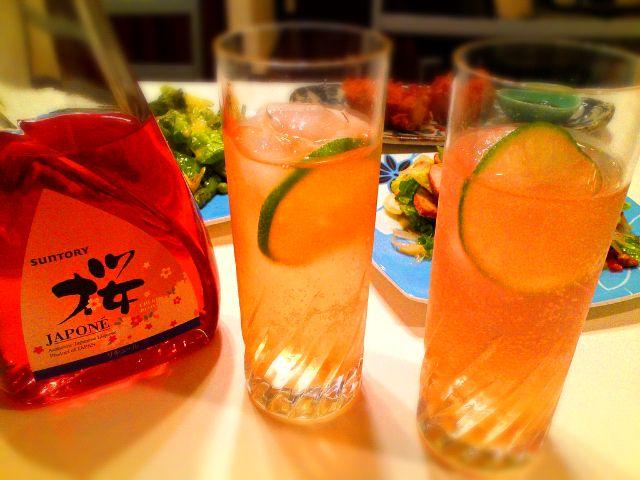 """桜リキュール、ウイスキーをシェイク、ライムジュース、ソーダを加え、ライムを入れて完成(๑≧♉ฺ≦)♡ - 70件のもぐもぐ - カクテル 「""""桜 ″ の終わる頃」 by Hiroty"""