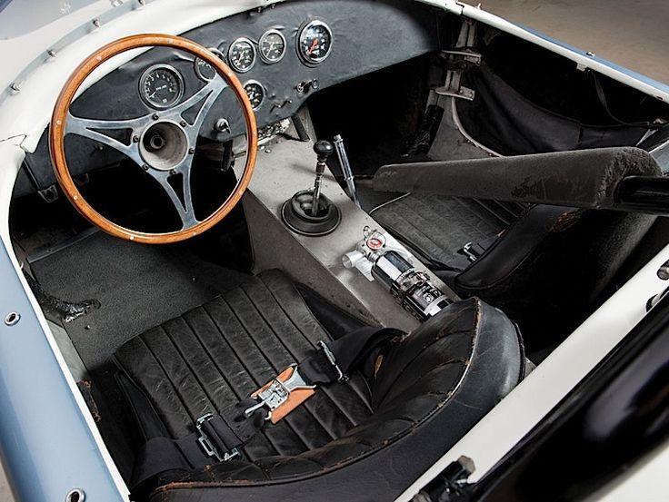 Dass alte Autos jede Menge Geld wert sind, ist kein Geheimnis. Das hat sich auch wieder bei einer Auktion gezeigt, die Anfang Mai bei Sotheby's stattfand. Versteigert wurde ein Shelby 289 Competition Cobra aus dem Jahr 1962, den Zuschlag bekam ein Bieter,