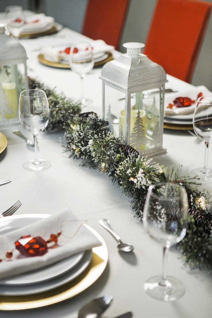 Con una guirnalda al centro de tu mesa de comedor puedes dar un toque especial. Decoración para Navidad.