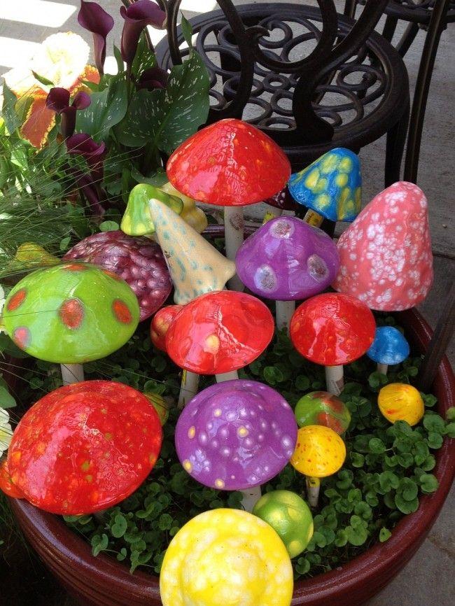 Шляпки разноцветных грибов для сада можно делать из очень многих материалов и старых вещей: игрушек, посуды, одноразовой тары и прочего
