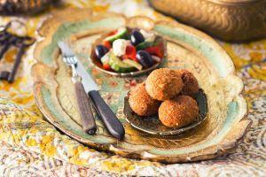 Frikadeller er som bekendt en traditionsrig klassiker i det danske køkken. Om end man er vegetar eller bare forsøger at spise mindre kød, så behøver det ikke at betyde, at man skal gå glip af frikadeller. Denne opskrift på kødløse frikadeller henter inspiration fra Mellemøsten, og de lækre krydderier bringer sommerlige minder frem. Linsefrikadellerne kan laves med enten røde eller grønne linser. Alternativt kan linserne erstattes med bønner eller kikærter. Disse forhandles alle i almindelig…