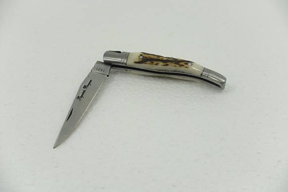 Laguiole Pocket Knife, French design  MATERIAL: metal - horn  MEASURES: 105 mm – 4,1 inch x 20 mm - 0,8 inch WEIGHT: 69 g 10  ESTIMATED DELIVERY TIME:  EU,UK: 3-5 working days USA, AUSTRALIA, ASIA: 7-20 working days  I AM SHIPPING WORLDWIDE   WARNINGS:  It may come to color deviation due