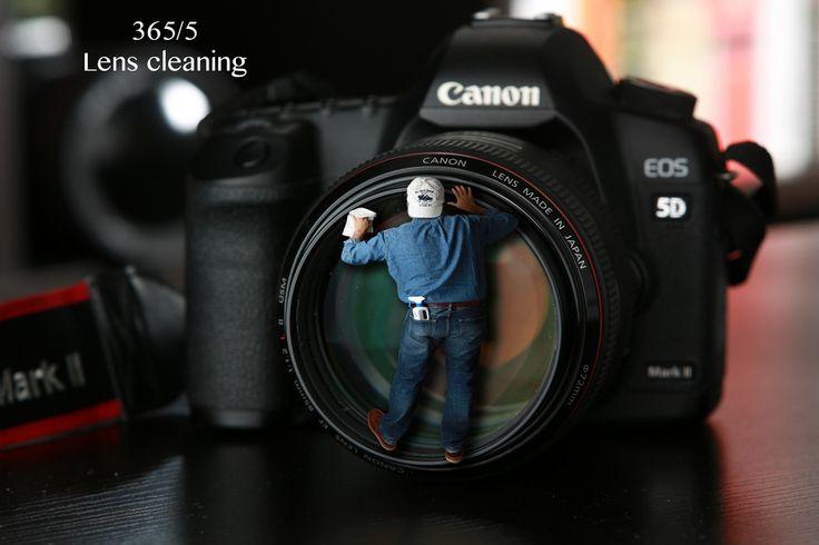 يمكن للكاميرات الرقمية أو العدسات أن تتسخ بالغبار أو الرمال خصوصًا في فصل الصيف وعند استخدام الكاميرا في الأماكن المفتوحة، من المهم اتباع بعض الطرق المعينة للتعامل مع القطع الحساسة في الكاميرا كالعدسة، وذلك من أجل عدم خدش العدسات أثناء التنظيف. في ما يلس سنستعرض كيفية القيام بعملية تنظيف آمنة وفعالة لكاميرتك الرقمية. 1- تجنب الهواء المضغوط يجب الحذر عند …