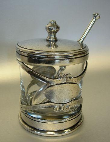 Originele zilvertin honingpot met bij behorende lepel. Hoogte 12.5 cm - Middellijn 8.5 cm.