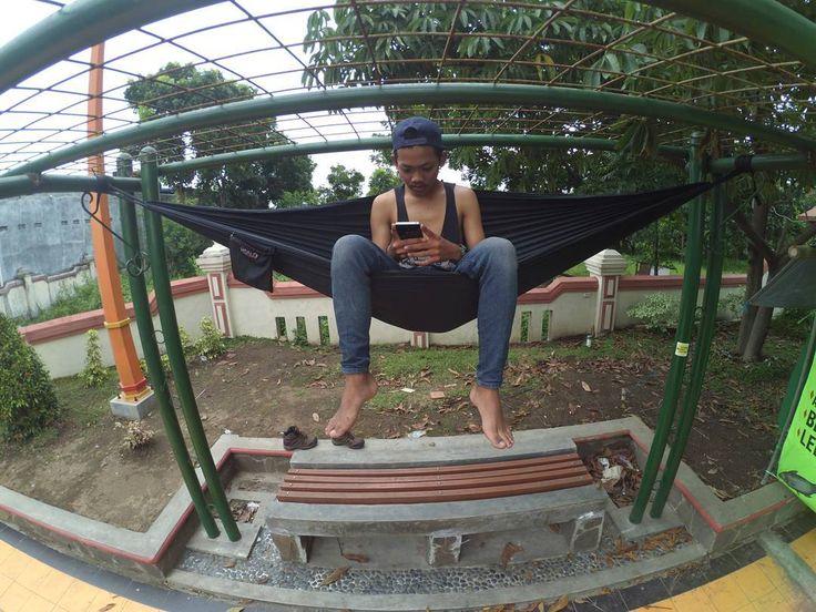 Ketika kota tak memberi kenyamanan  memurahkan harga diri untuk memahalkan gaya hidup . . . #koalahammock #hammock #hammockindonesia #hammocklife #hammocking #hammockstyle #idpendaki #instapendaki #lingkarindonesia #folkindonesia #parapejalan #instagunung #indomountain #indotravellers #backpacker #instagood #jelajahklaten by @ubaynamasaya