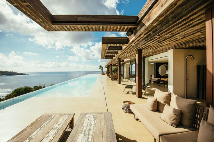 Vous pouvez admirer le luxe et les beautés d'Ibiza depuis la piscine de cette villa magnifique. #luxury #view #luxuryestate #mansion #villa #sea #mare #pool #piscine #Ibiza