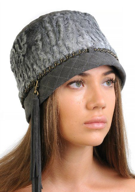Меховая шапка из серого каракуля с кисточкой из замши